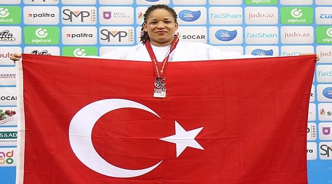 Güler altın madalya alan Sayit'i kutladı