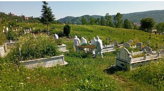 Koronavirüsten ölmüştü özel ekip tarafından toprağa verildi